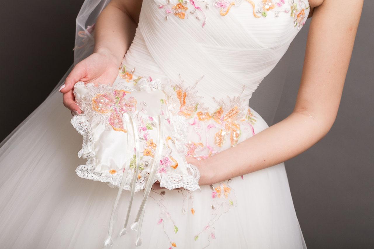 Brautkleid mit Ringkissen im gleichen Stil